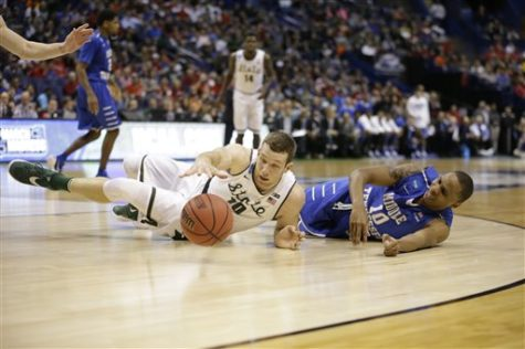 Michigan State's Matt Costello, left, and Middle Tennessee's Jaqawn Raymond reach for a loose ball during the second half in a first-round men's college basketball game in the NCAA tournament, Friday, March 18, 2016, in St. Louis. Middle Tennessee won 90-81. (AP Photo/Jeff Roberson)