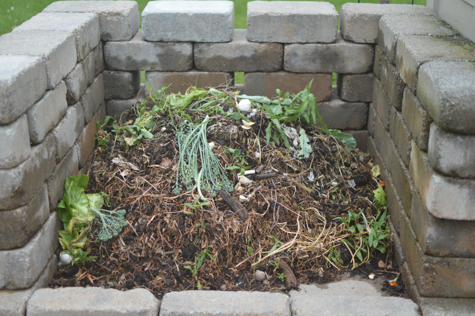 The+HHS+Garden+Club+also+practices+composting%2C+a+recycling+process+that+eventually+produces+soil.+Composting+is+great+for+the+environment+as+it+replaces+chemicals+with+organic+fertilizer.+%28Broadcaster%2F+Kate+LaCoe%29